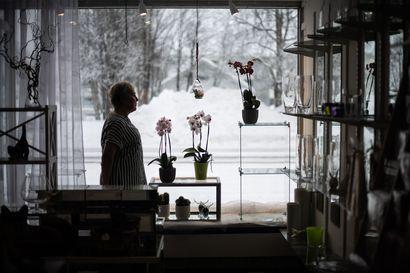 """Ensin tuli tulehdus, sitten kaikkialle leviävä ihottuma - Floristien ammattitauti sai Eija Kuoskun lopettamaan kukkakaupan, jonka asiakkaita hän kaipaa jo nyt: """"Tässä hommassa on vähän kuin psykologi"""""""