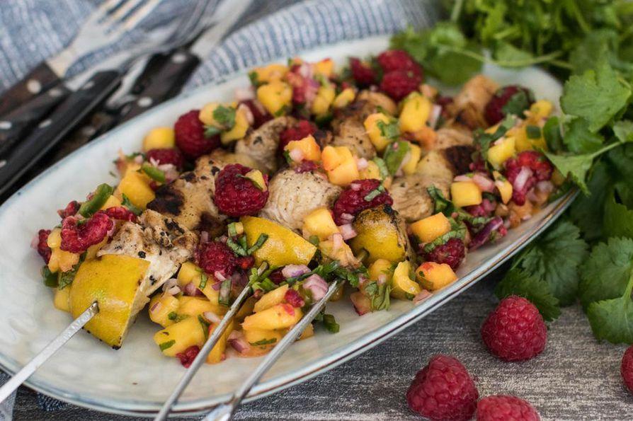 Raikas vadelma-mangosalsa kruunaa grillattavat. Pujota vartaisiin vaikka kuutioitua kanaa, halloumia ja limelohkoja.