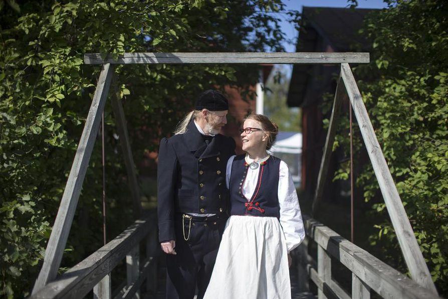 Taina Ruokonen teki miehelleen Tuomo Kujalalle Koillismaan kansallispuvun häälahjaksi. Pariskunta pääsi pitämään kansallispukuja yllään sunnuntaina Kansallispukujen tuuletuspiknikillä Limingassa Abrahamin kulttuuripuistossa.
