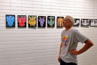 Yhdysvaltalainen Aaron viihtyy Raahessa –Huikea näyttely Raahen kirjastolla