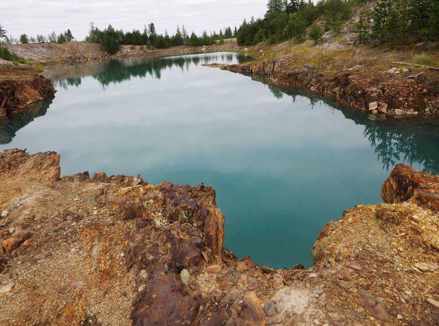 Metallikuormitus on värjännyt Juomasuon louhoksen veden turkoosiksi.Alueella esiintyy paitsi kultaa, kobolttia, kuparia, myös harvinaisia maametalleja  sekä uraania ja arseenia.