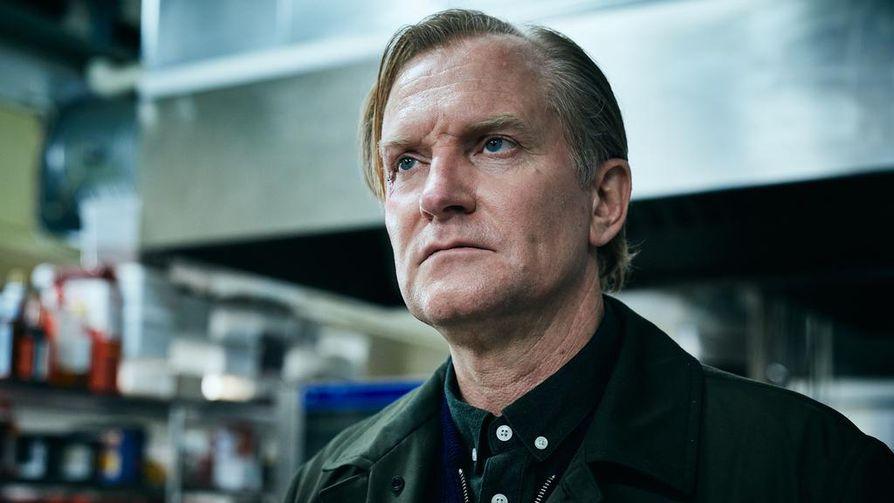 Suoratoistopalvelu Viaplayn trillerissä Kuulustelu on pääosassa kovaotteisena Bjørn-poliisina Ulrich Thomsen.