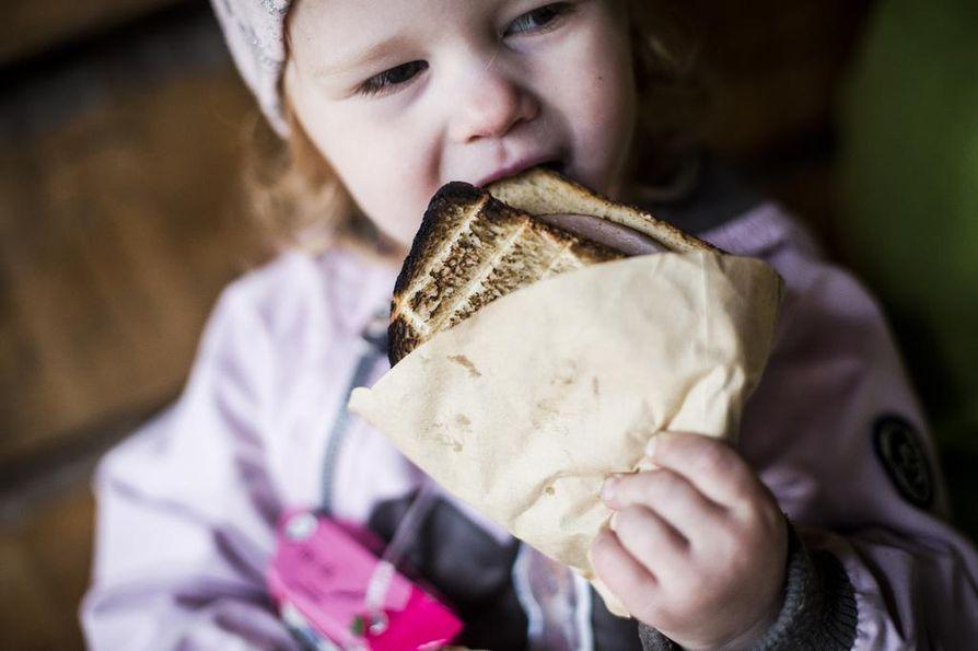 Eväät ovat monen mielestä se, mikä tekee retken. Erilaiset pikkuhalsterilla grillattavat leivät ja tikkupulla ovat usein lasten suosikkeja.