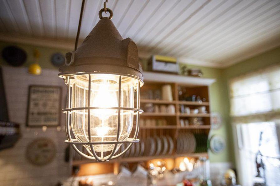 Keittiössä ja ruokailuhuoneessa roukkuvat 1930-luvun teollisuusvalaisimet.