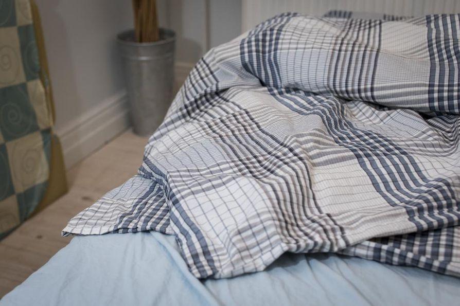 Paksu peitto on talvella hyvä. Monet suosittelevat käyttämään alkuyöllä peiton lisäksi ohutta villahuopaa, jonka voi heittää pois, kun vuode on lämmennyt.