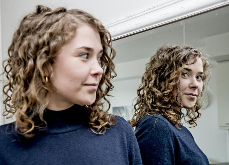 Oululainen Ella-Riina Kangas on saanut Curly girl -metodin avulla kauniin korkkiruuvikiharat. Ennen hän vihasi luonnonkiharia hiuksiaan, mutta nyt hän kantaa kiharoitaan ylpeänä.