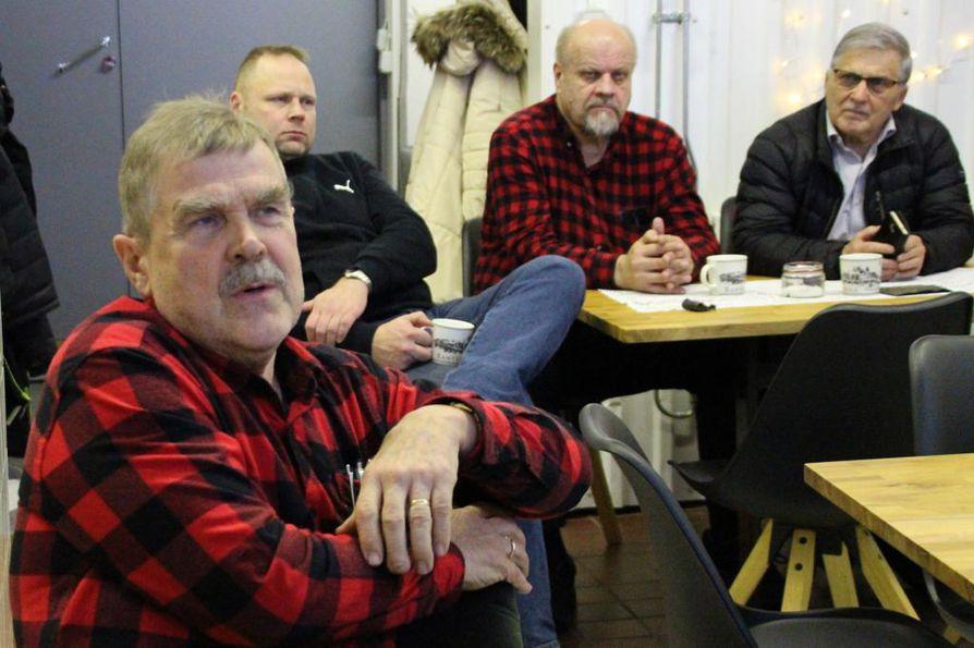 Antero Niva arvioi, että metsästäjät saadaan keruu-urakkaan, kun käsky käy metsästysseurueiden johtajilta. Taustalla Risto Paakkonen, Sulo Heikkinen ja Ilmari Ojakoski.