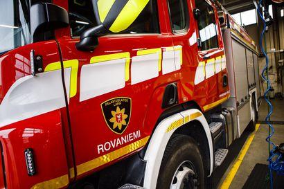 Henkilöauto törmäsi rekka-autoon ohitustilanteessa Nelostiellä Rovaniemellä, henkilöautossa olleet kaksi henkilöä välttyivät vammoilta