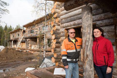 Marjo ja Vesa Määttä kiersivät vuosia Lapissa katsomassa igluja ennen kuin uskalsivat investoida yli 2 miljoonaa euroa 11 uuteen mökkiin – turistien toiveiden mukaisesti ne ovat hotellitasoa