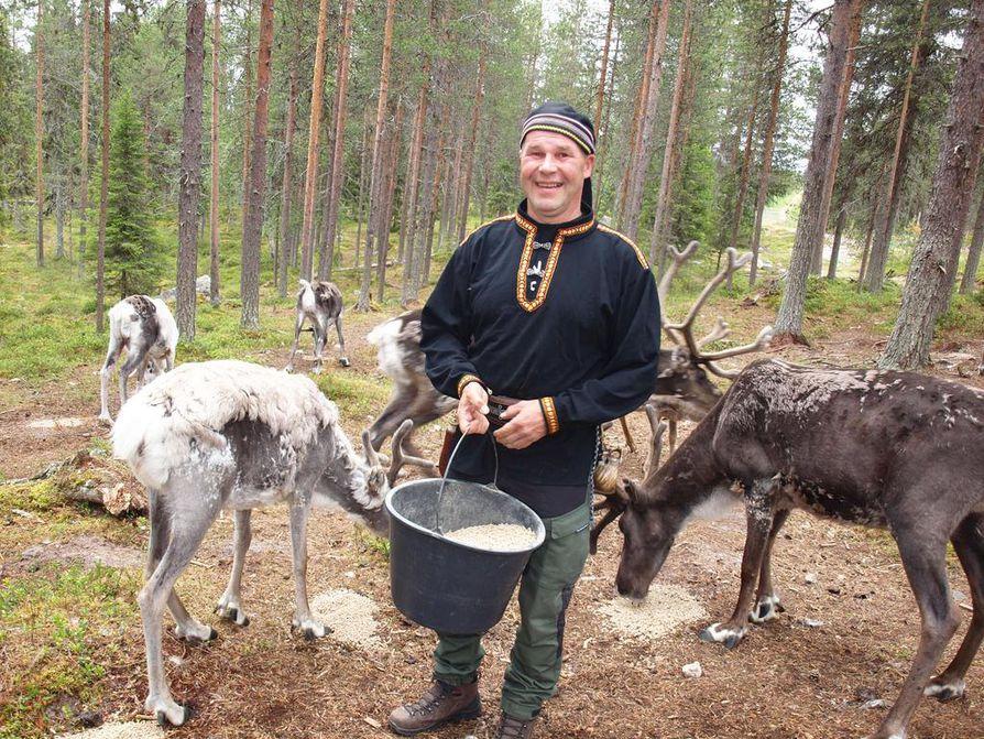 Poropuiston opas Hannu Virkkula kertoo, että matkailijoiden kysymykset elinkeinosta ovat joskus haastavia, mutta hyvä opas tuntee aihepiirin niin hyvin, että hän osaa vastata niihin.