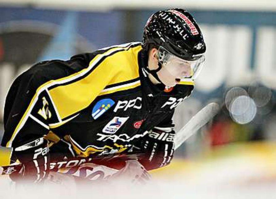 A-Kärppien ykkössentteri Sakari Manninen miettii ensi kauden seuraansa vasta pudotuspelien jälkeen. Yksi vaihtoehto on se, että mies suuntaa Kajaaniin suorittamaan varusmiespalvelustaan pelaamaan Mestis-pelejä Hokin riveissä.