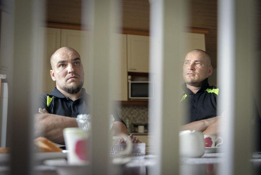 Timo Pesälästä (oik.) tulee toimitusjohtaja ja Jouni Pesälä vastaa kasvavan konekannan huollosta.