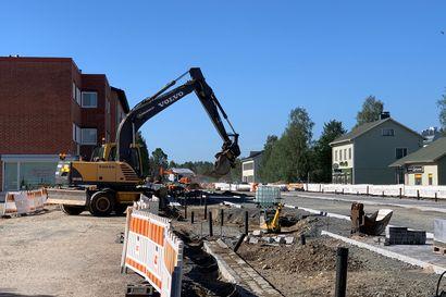 Kitkantien remontti yli puolivälissä: kivetys jatkuu ja asfaltointi alkaa – vähäiset opastukset päivittäin vaihtuvissa liikennejärjestelyissä ihmetyttävät