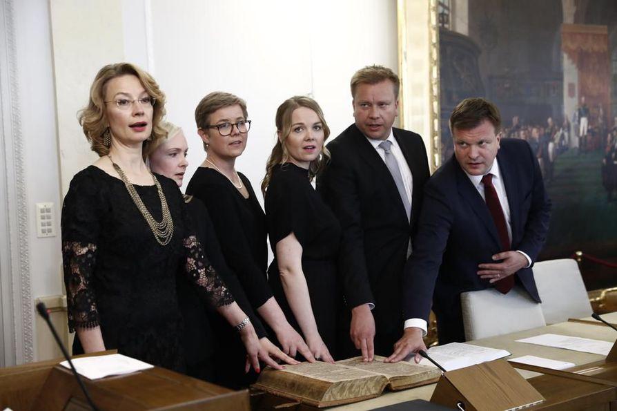 Uusista ministereistä Tytti Tuppurainen, Maria Ohisalo, Krista Mikkonen, Katri Kulmuni, Antti Kaikkonen ja Ville Skinnari vannomassa virkavalaa torstaina.