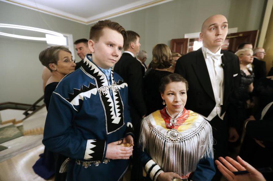 Niki Rasmus ja Stefanie Sarre juhlivat saamenpuvuissa.