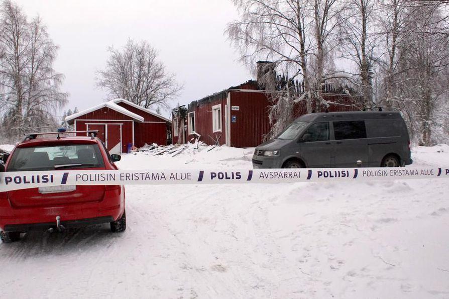 Poliisi tutki rikospaikkaa Petäjäkankaantiellä viime tammikuussa.
