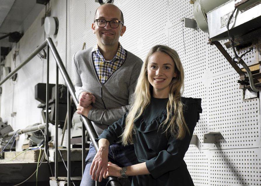 Mihkel Kärmas ja Anna Gavronski kuuluvat Pealtnägija-ohjelman tekijätiimiin. Toimittajille tulvii juttuvinkkejä niin kotimaasta kuin Suomessa asuvilta virolaisilta.