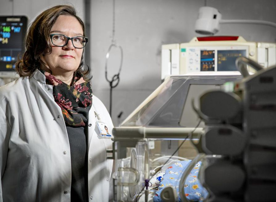 Pia Härkin on kokenut neonatologi eli lastentautien erikoislääkäri, joka on erikoistunut vauvojen, vastasyntyneiden ja erityisesti ennenaikaisesti syntyneiden lasten sairauksiin ja ongelmiin.