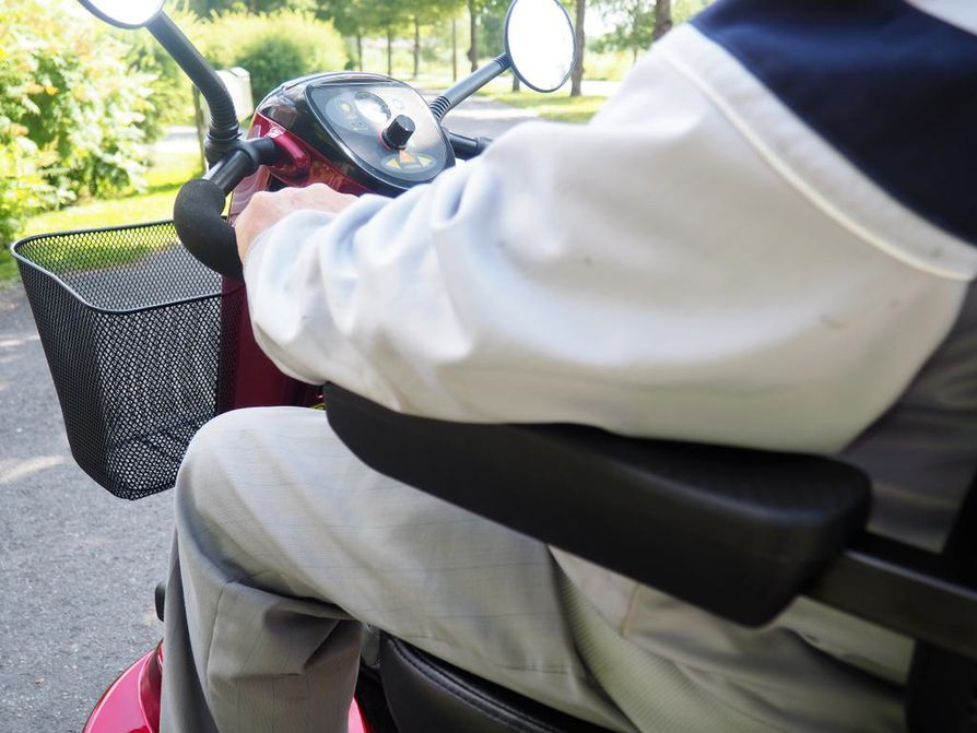 Kunnon istuin ja tukevat käsinojat helpottavat matkantekoa. Seppo Lehtonen toivoisi laitteeseensa nykyistä isompia pyöriä, sillä pienet töksähtävät jokaiseen monttuun. Sähköskootterien akku riittää kerralla 50–60 kilometrin ajoihin.