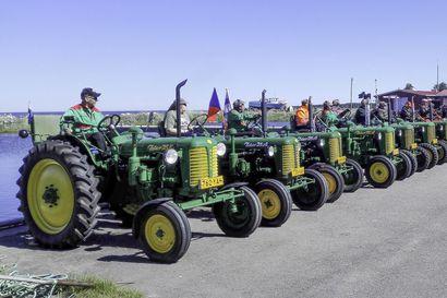Raahen seudun Zetoristit ajavat 1950-luvun traktoreilla Raahesta Raatteen tielle ja takaisin heinäkuussa