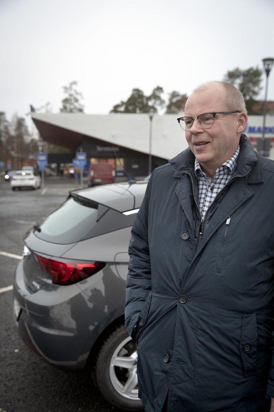 Arinan toimialajohtaja Jari Karjalaisen mukaan viereisen S-marketin asiakkaat ovat toivoneet, että Kastellissa olisi myös polttoaineen jakelupiste.
