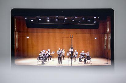 Puhallinyhtyeet täynnä valoa – Lapin sotilassoittokunta etäkonsertoi perjantaina ruutujen takaa