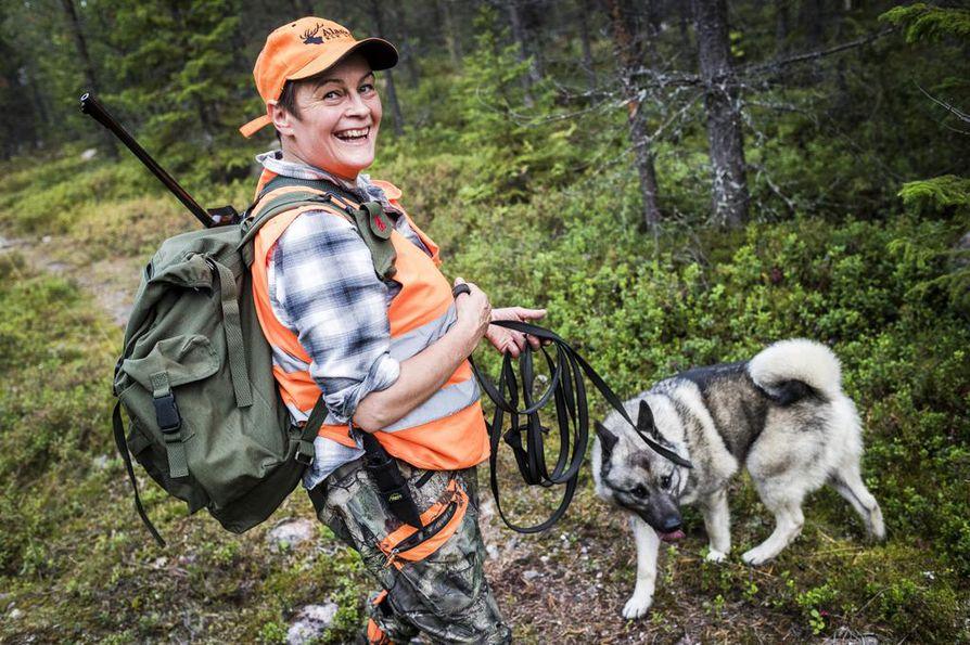 Johanna Erholtzille touhuaminen koirien kanssa ja itse metsästetty luomuliha ovat tärkeimpiä syitä metsästää. Jahtikauden ulkopuolella Erholtz treenaa koiriaan muuten ja käyttää harmaata norjanhirvikoiraansa ahkerasti myös koiranäyttelyissä.