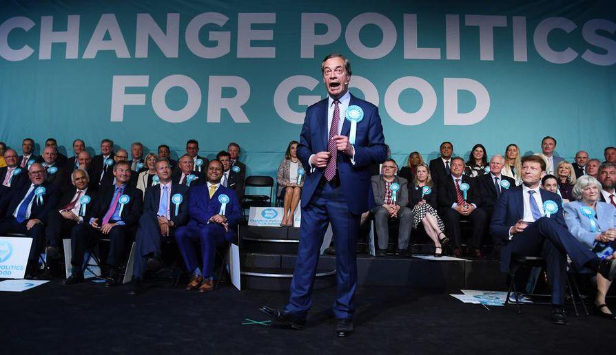 Britannian europarlamenttivaalien näkyvimmän kampanjan vetänyt Nigel Farage puhui tiistai-iltana Brexit-puolueensa eurovaalitilaisuudessa Lontoossa.