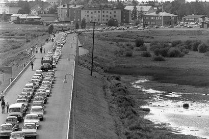 Devalvaatio kääntää rajakaupan suunnan – ruotsalaisten ostoryntäys Tornioon kesti vuosia