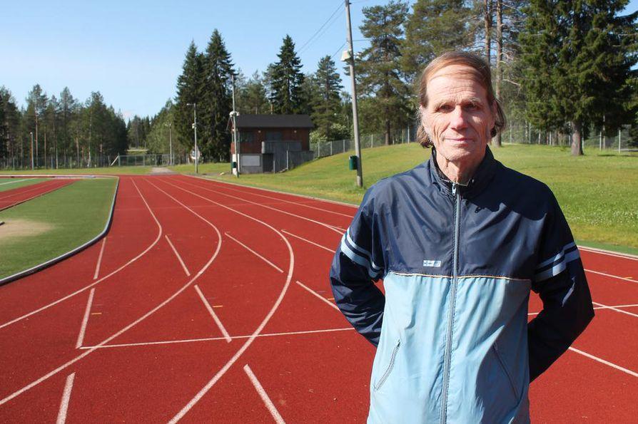 """Seppo Harjumaa on tyytyväinen yleisurheilun nykyisiin harjoitusolosuhteisiin Ranualla. """"Tällaiset juoksuradat olisi pitänyt olla silloin, kun yleisurheilu oli voimissaan paikkakunnalla. Ranuan urheilukentän hyppypaikoilla oli kyllä kumiasvaltti ensimmäisenä Lapissa (vuonna 1966), mutta juoksut suoritettiin hiilimurskalla."""""""