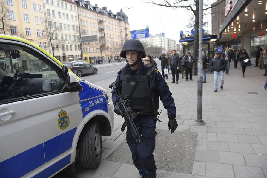 Kuorma-auto ajoin päin Åhlensin tavarataloa perjantaina iltapäivällä Tukholmassa.