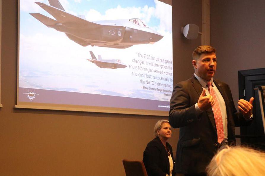 """""""Olemme saanet valmistamiskustannukset painettua jo nyt alle 90 miljoonan euroon yhdeltä koneelta. Se on hyvä uutinen myös Suomen HX-hankkeelle"""", Lockheed Martinin Suomen myynnistä vastaava Mark Pranke sanoo."""