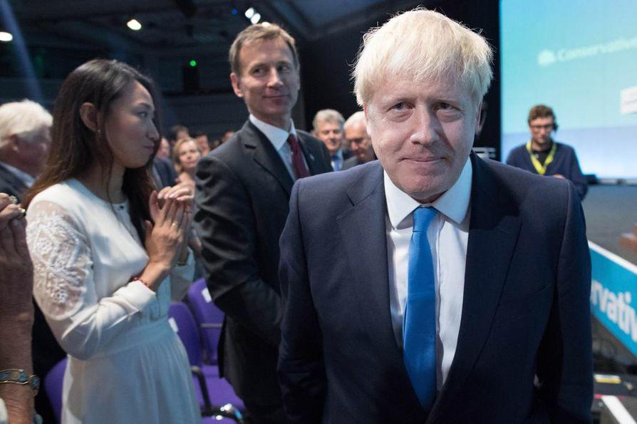 Britannian hallitsevan konservatiivipuolueen puheenjohtajaksi valittiin tiistaina Boris Johnson. Ennakkosuosikki päihitti konservatiivien äänestyksessä kilpailijansa Jeremy Huntin selvin numeroin. Seuraavaksi Johnson joutuu pääministerinä vastaamaan huutoonsa ja luotsaamaan Britannian ulos EU:sta joko erosopimuksella turvin tai sopimuksettomalla erolla.