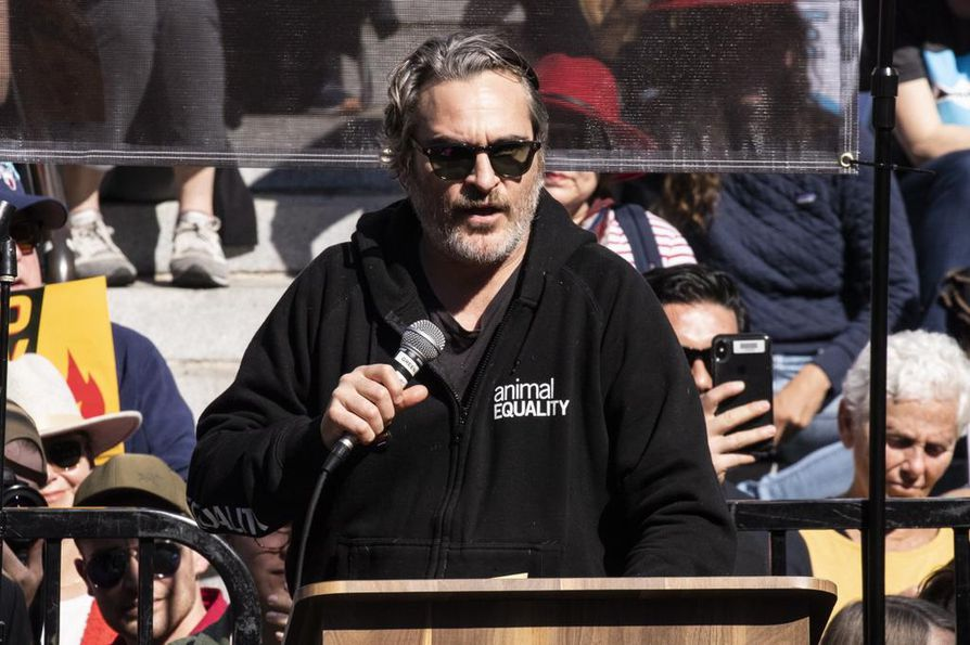 Parhaan miespääosan kategoriassa ehdokkaana oleva Joaquin Phoenix puhui viime viikolla tasa-arvosta toista palkintoa vastaanottaessaan. Tässä hän pitää puhetta ilmastomielenosoituksessa.
