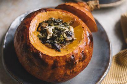 Nosta maukas kurpitsa päärooliin: modernit makkaraperunat ja pihvit paistuvat pannulla, täytetty kurpitsa paahtuu uunissa juhla-ateriaksi