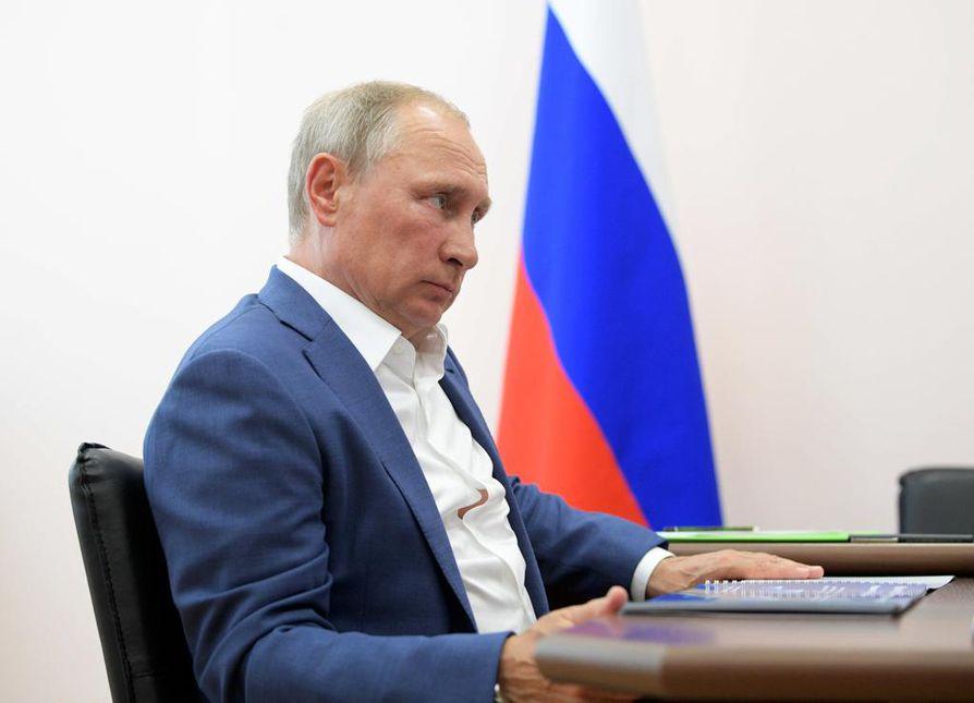 Vladimir Putin sanoo asettuvansa ehdolle maaliskuun presidentinvaaleissa.