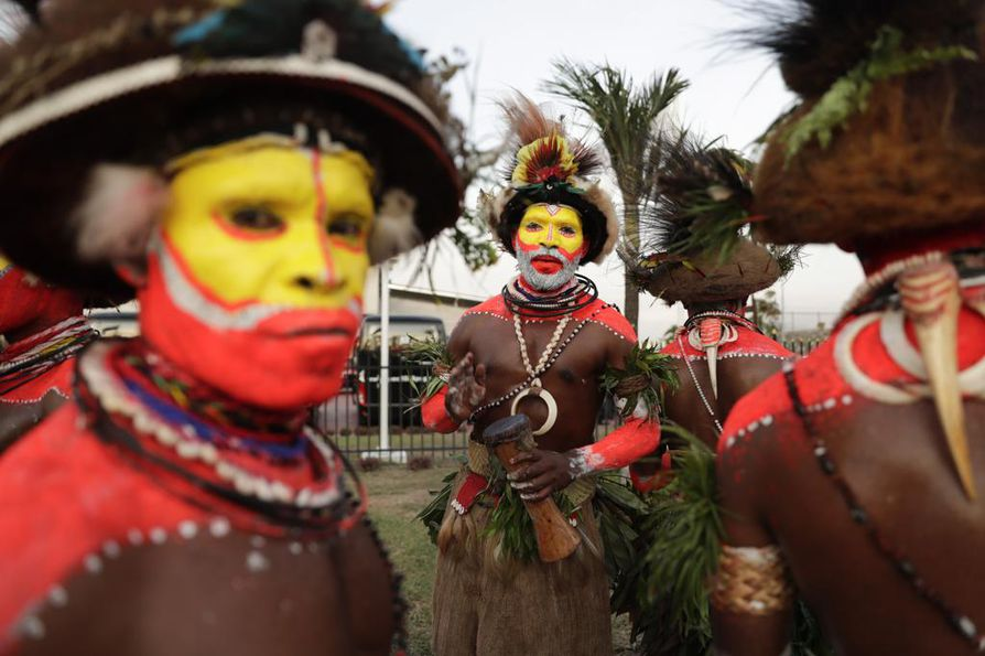 Papua-Uusi-Guineassa elää satoja heimoja. Hela-heimon tanssijat vastaanottivat Kiinan presidentin Xi Jinpingin perinteisellä tanssilla viime vuonna. Kuvan Hela-heimoon kuuluvat ihmiset eivät liity viikonlopun yhteenottoon.