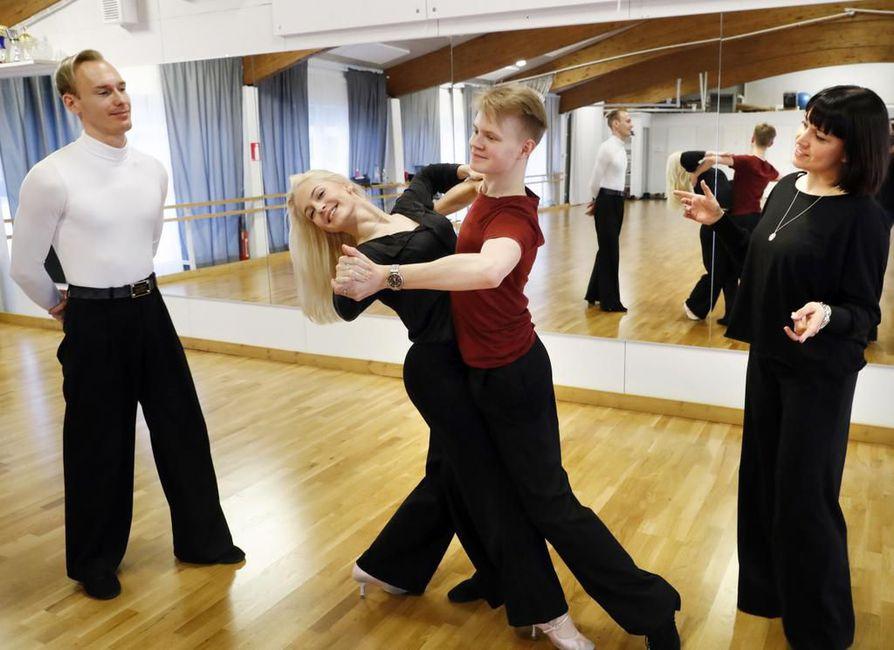 Eetu Lämsä ja Emilia Prykäri tanssivat latinalaistanssien SM-kisassa nuorisoluokassa hopealle helmikuussa.Valmentajakaksikko Mika Jauhiainen ja Sanna Hirvaskari.