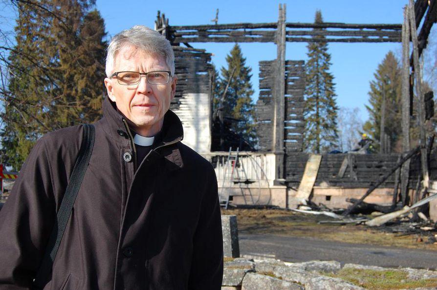Ylivieskan pitkäaikainen kirkkoherra Timo Määttä siirsi eläkkeelle jäämistään kirkkopalon takia kahdella vuodella. Hän piti pääsiäissaarnan kirkon raunioilla heti palon jälkeen.