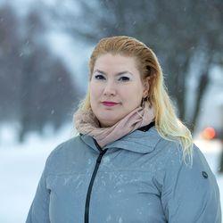 """Viiden lapsen äitinä kansanedustaja Katja Hänninen haluaa aloittaa kornoarajoitusten poiston nuorista ja lapsista: """"Pelkkä rajoitusten purkaminen ei riitä, vaan meidän on kuunneltava lapsia ja heidän huoliaan tulevasta."""""""