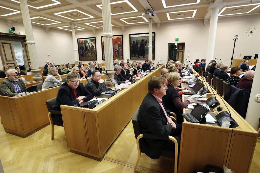 Oulun kaupunginhallitus piti maanantaina harvinaisen rivakasti edenneen kokouksen, joka kesti vain 20 minuuttia. Tässä kuvassa valtuusto oli koolla joulukuussa, jolloin istuttiin pidempään.