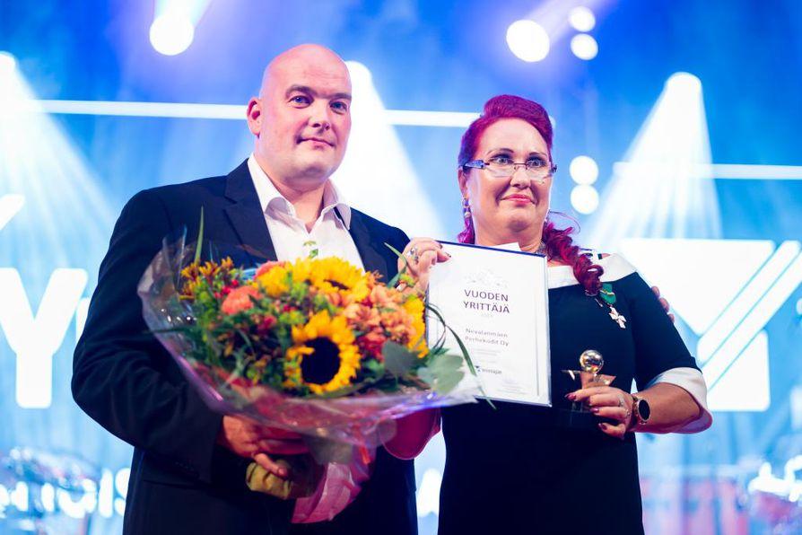 Nevalanmäen Perhekodit Oy:n toimitusjohtaja Tiina Eriksson toteaa, että heillä on loistotiimi tekemässä työtä, maailman paras henkilökunta.  Se näkyy hänen mukaansa laadussa ja tuloksessa. Yrittäjäpalkintoa oli vastaanottamassa myös toiminnanjohtaja Jussi Leinonen.