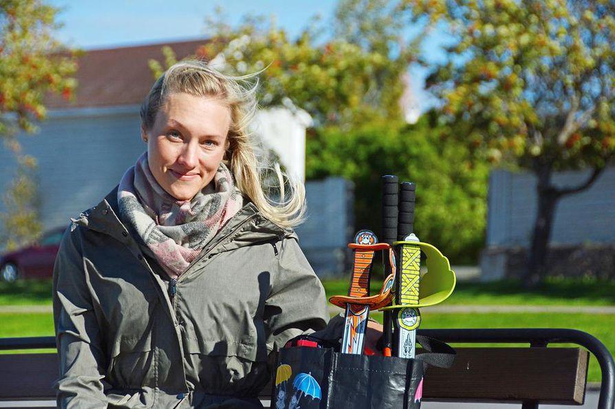 Raahessa asuva toimintaterapeutti Johanna Joki käyttää työssään monenlaisia leluja ja välineitä asiakkaita motivoidakseen. Hän on koulutukseltaan myös eläinavusteinen valmentaja.