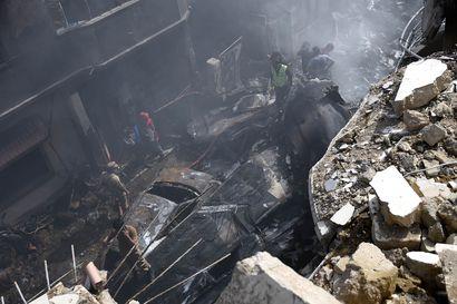 Ainakin yksi ihminen selviytyi Pakistanin tuhoisasta lento-onnettomuudesta – koneen moottorit lakkasivat käymästä