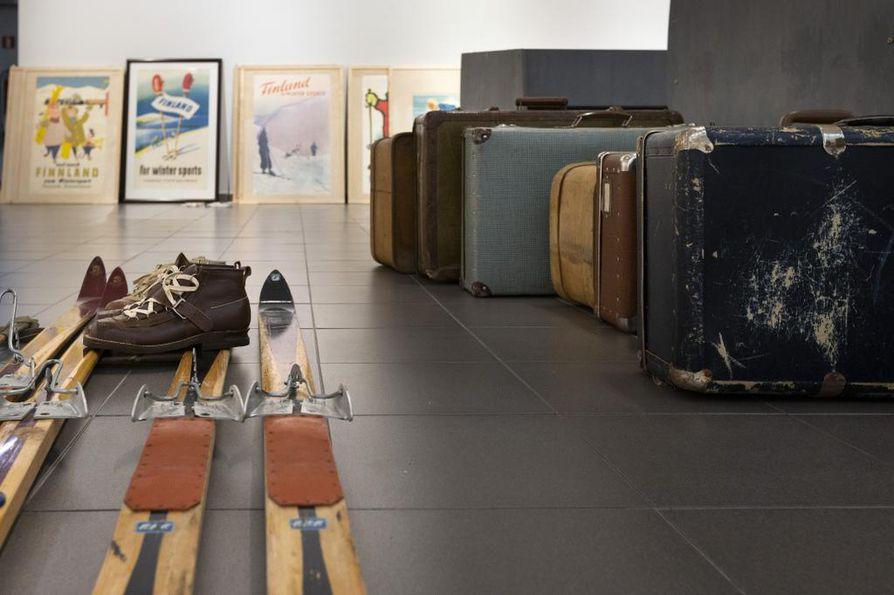 Matkailujulistenäyttelyssä on esillä myös matkailuun liittyvää esineistöä.