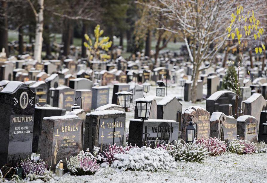 Oulun hintataso hautojen hoidossa asettuu keskitasolle verrattuna kymmenen suurimman seurakuntayhtymän perimiin hintoihin Suomessa. Keskimääräinen hinta viime vuonna oli 90 euroa.
