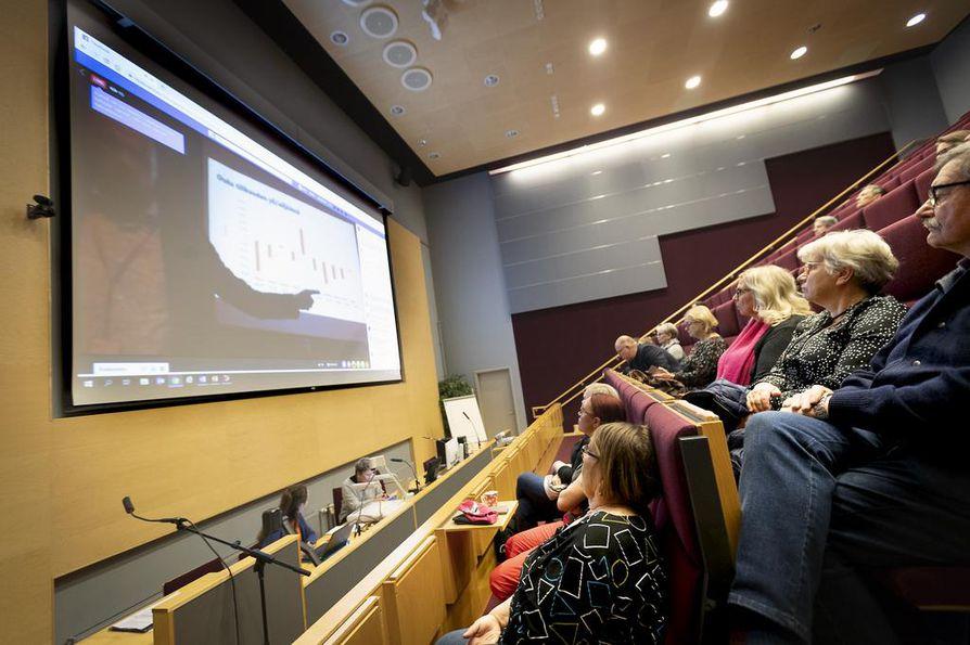 Aluefoorumin aluksi katsottiin etäyhteyden välityksellä teatterin lämpiössä esitelty yleiskatsaus talousarvioon. Kaakkurin tilaisuus keräsi kolmisenkymmentä osallistujaa.