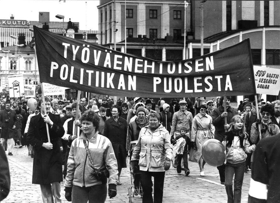 Vappumarssit ovat perinteisesti olleet vasemmiston voimannäyttöjä. Kuvassa sosialidemokraattien vappukulkue Tampereen keskustassa vuonna 1981. Puolueeseen kuului tuolloin noin 100000 suomalaista. Nykyään luku on noin 38000.