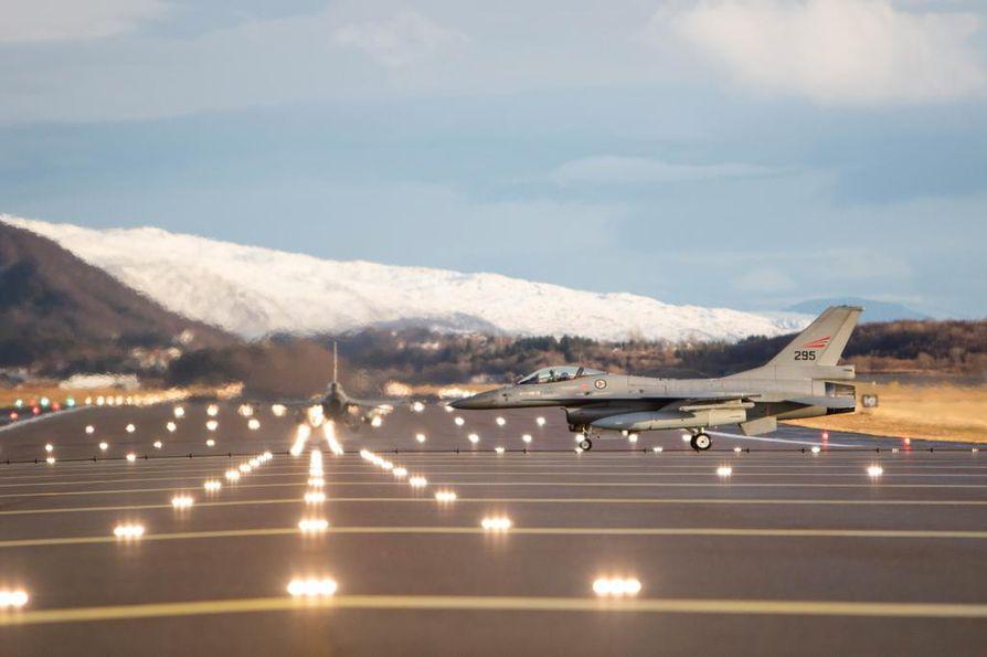 """Naton Trident Juncture-suurharjoitukseen osallistunut Norjan F-16 hävittäjä rullasi Bodön lentokentällä lokakuun 31. päivänä. Harjoituksen aikana Norjan ja Suomenkin viranomaiset varoittivat GPS-signaalin """"epävakaudesta"""" alueella."""