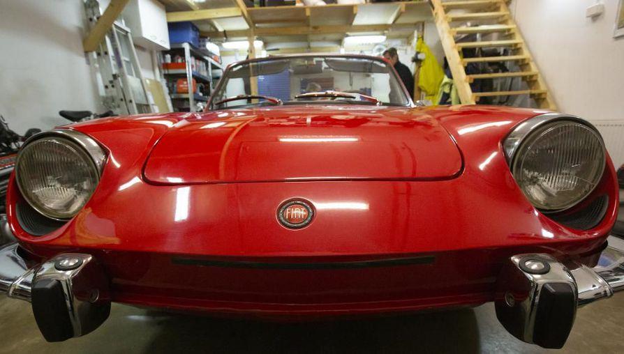 Tulipunainen Fiat tuli Helsingistä Ouluun viime syksynä. Autossa on Bertonen muotoilema sportinen keula.